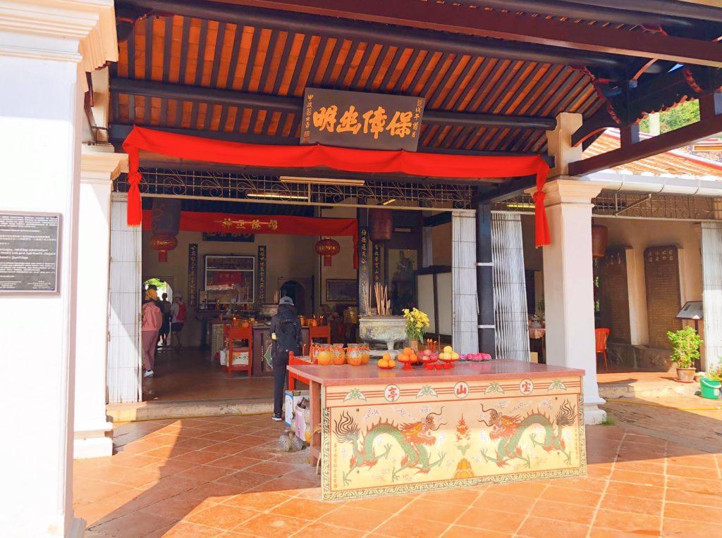 ポー・サン・テン寺院の入口そばにある祭壇