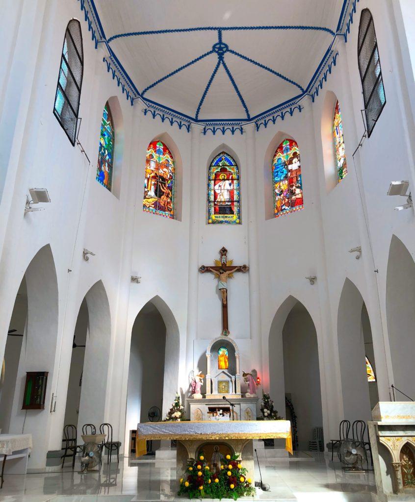 セントフランシスザビエル教会の祭壇とステンドグラス