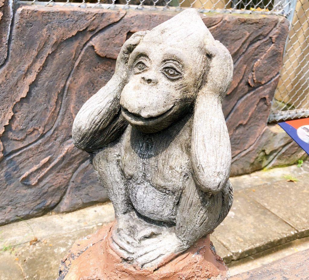 ジョホール動物園にある聞かざるの置き物