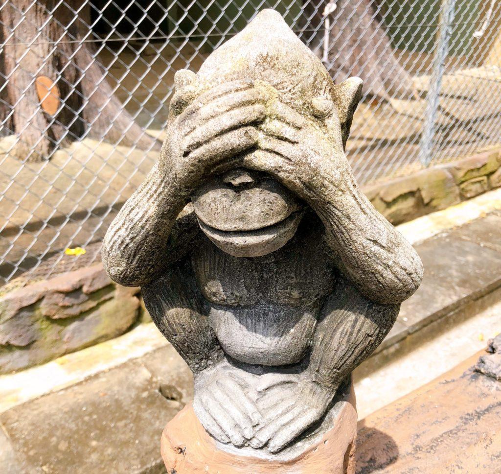 ジョホール動物園にある見ざるの置き物